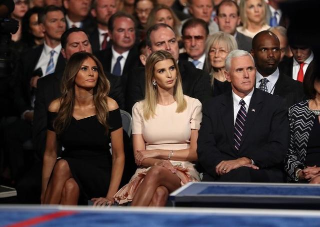 Phu nhân Melania Trump tái xuất trong buổi tranh luận sau một thời gian dài vắng bóng. Ngồi bên cạnh bà Melania là con gái của tỷ phú Trump, Ivanka, và ứng viên phó tổng thống.