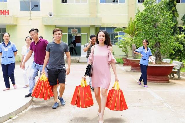 Á khôi Lê Ngọc Thanh giản dị trao quà trung thu cho thiếu nhi nghèo - 2
