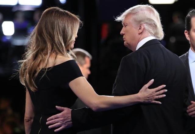 Ông Trump rời sân khấu sau màn tranh luận đầu tiên.