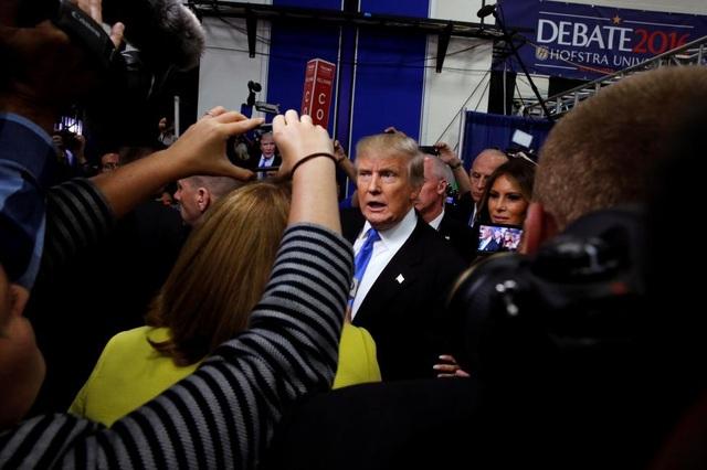 Phóng viên vây quanh ông Trump sau cuộc tranh luận.