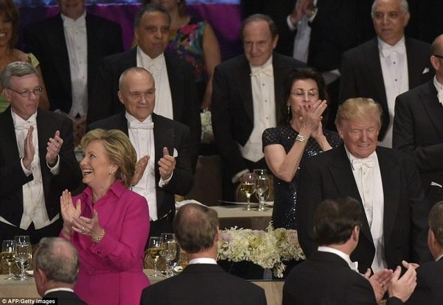 Baf Clinton và ông Trump luôn giữ khoảng cách tại bữa tiệc. (Ảnh: AFP)