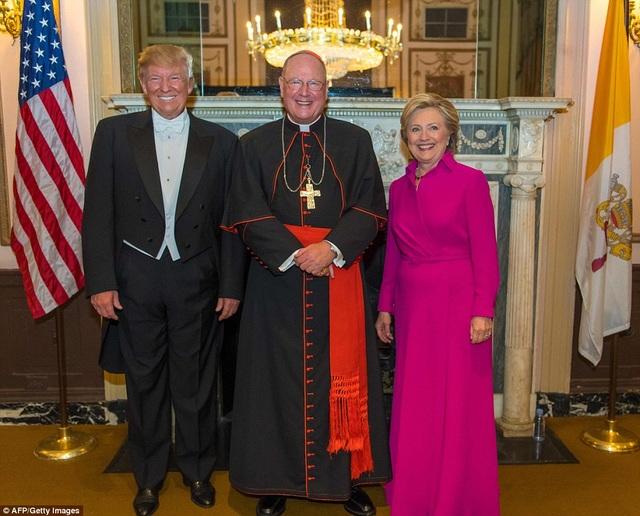 Hai ứng viên tổng thống cùng tham dự bữa tiệc từ thiện tại New York. (Ảnh: AFP)