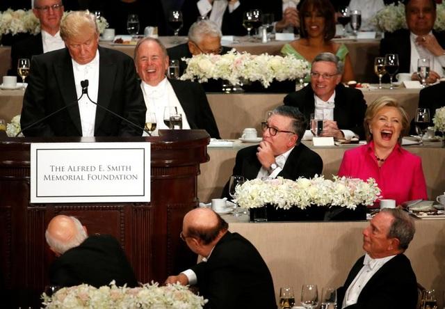 Bà Clinton cười lớn khi ông Trump phát biểu. (Ảnh: Reuters)