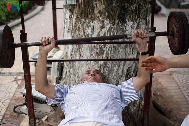 Ông Côn cho biết, từ ngày tham gia tập thể hình, sức khỏe của ông cải thiện rõ rệt. Do tập luyện đều đặn nên với những mức tạ 40-50kg ông có thể đẩy hàng chục lần liên tục.