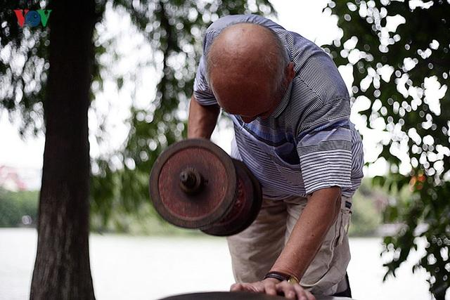 """Tạ tay nặng 30kg cũng không phải là """"đối thủ"""" của ông lão 76 tuổi này."""