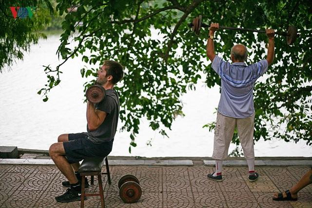 Với nhiều người ở cái tuổi cổ lai hy, việc đi lại đã là khó khăn chứ đừng nói đến gánh vài chục kg, nhấc bổng quá đầu như ông Côn.