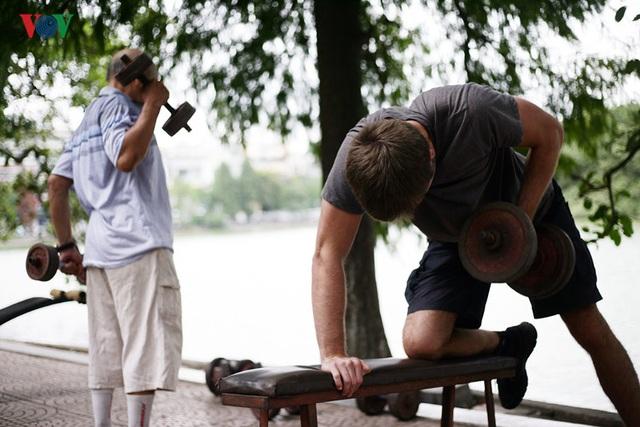 Thậm chí, với nhiều người trẻ, việc tập luyên với tạ nặng liên tục hàng giờ liền cũng là một thử thách khó khăn.