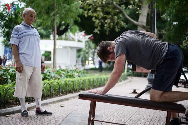 Mộtthanh niên người nước ngoài cũng tỏ ra thích thú với bộ môn thể hình ngoài trời này.