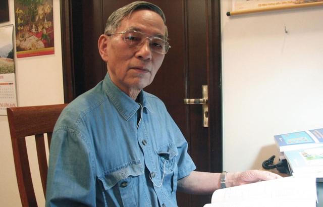 PGS.TSKH Lê Thành Phước miệt mài bên trang sách