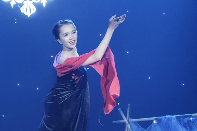 Lù Phương Thảo xuất hiện trên sân khấu trong trang phục váy nhung đặc trưng của người dân tộc Thái