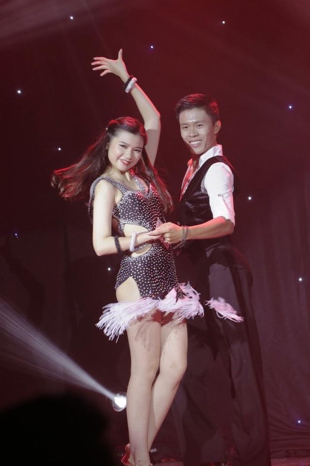Nguyễn Hà Linh thể hiện những bước nhảy dance sporrt nóng bỏng.