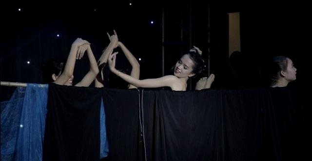 Những động tác mô phỏng một buổi tắm suối của các cô gái dân tộc của Phương Thảo và các bạn diễn mang đến sự phấn khích tột độ cho khán giả và ban giám khảo, giúp cô ghi tên mình vào top 3 thí sinh có phần thi tài năng xuất sắc nhất