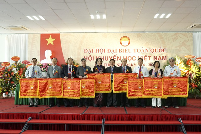 Tổng biên tập Báo điện tử Dân trí Phạm Huy Hoàn (thứ 2 từ trái sang) nhận Cờ thi đua xuất sắc của TƯ Hội Khuyến học Việt Nam (Ảnh: Hữu Nghị)