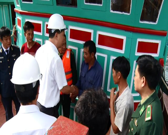 Lãnh đạo huyện gặp gỡ, động viên ngư dân.