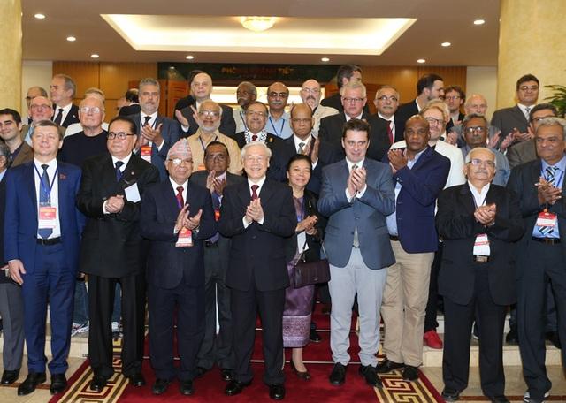 Tổng Bí thư Nguyễn Phú Trọng với các Trưởng đoàn đại biểu dự Cuộc gặp quốc tế các đảng cộng sản và công nhân. Ảnh : Trí Dũng – TTXVN