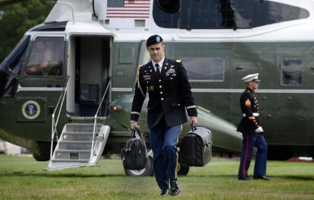 Một sĩ quan mang theo vali hạt nhân. (Ảnh: Boston Globe)