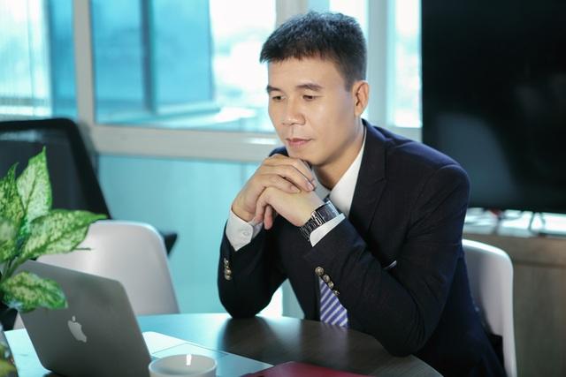 Mặc dù bận rộn với công việc, Giám đốc Vũ Chí Huy vẫn dành thời gian tìm tòi thêm nhiều kiến thức thực tế, soạn các bài giảng bổ ích để giảng dạy trực tuyến tại Topica Uni.