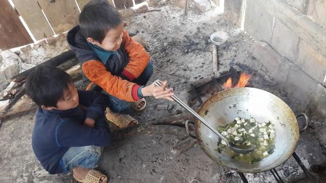 Hai em học sinh đang tự nấu ăn. Bữa ăn chỉ có rau trộn đậu phụ, đơn sơ đến nao lòng