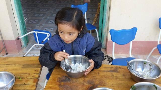 Không có rau có thịt cá, chỉ có mỗi cơm trắng nhưng cô học trò nhỏ vẫn ngồi ăn ngon lành