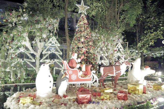 Tâm điểm của khu vườn là ông già Noel và chiếc xe tuần lộc, được đặt trên mặt nước của ao cá.