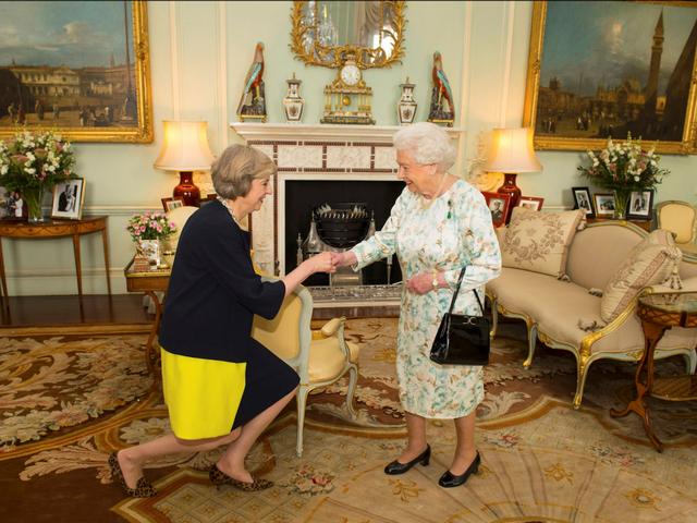 Bà Theresa May diện kiến Nữ hoàng Anh Elizabeth tại cung điện Buckingham hồi tháng 7 khi bà được Nữ hoàng mời làm Thủ tướng Anh thay thế ông David Cameron sau cuộc trưng cầu dân ý lịch sử quyết định việc Anh rời khỏi liên minh châu Âu (EU). (Ảnh: Reuters)