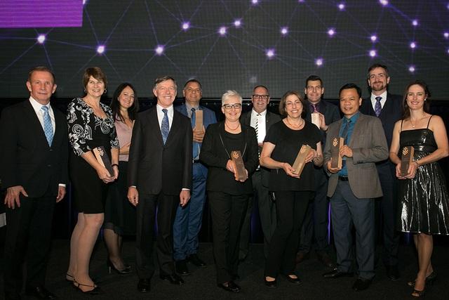 Anh Thế Trung (hàng dưới thứ 2 từ phải sang) cùng những cựu SV ĐH Công nghệ Sydney được vinh danh.