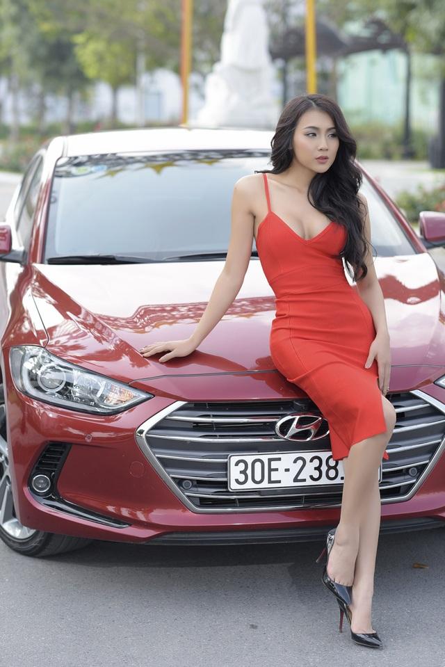 Xe sở hữu thiết kế ấn tượng theo cảm hứng Điêu khắc dòng chảy 2.0 cùng lưới tản nhiệt lục giác mạ crôm đặc trưng của Hyundai. Elantra 2016 mang phong cách của 1 chiếc coupe 4 cửa thiết kế khí động học cao với hệ số cản gió 0,27Cd, thấp nhất trong phân khúc, đem đến hiệu quả cao trong vận hành và tiết kiệm nhiên liệu.