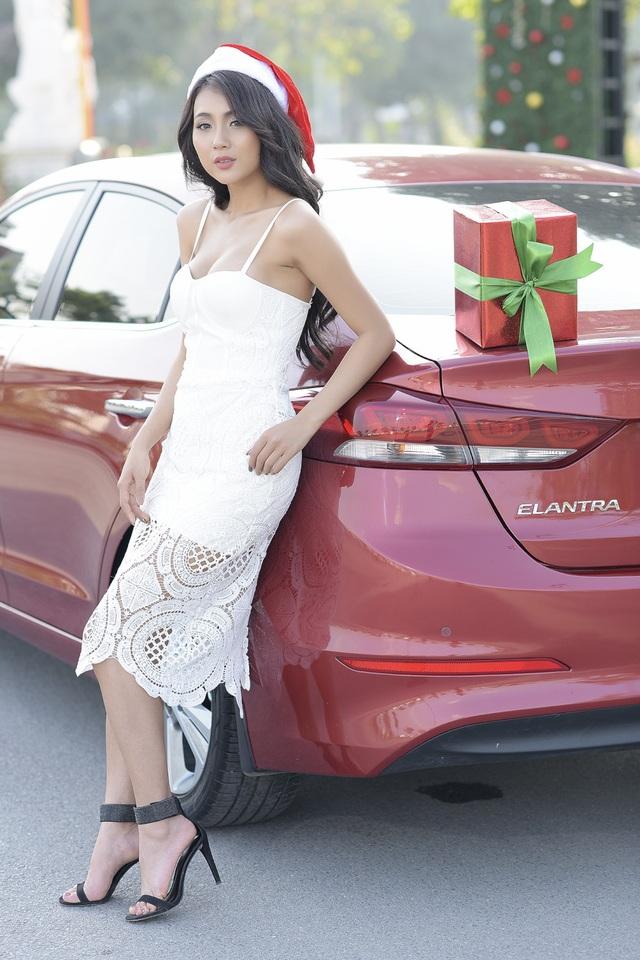 Elantra nổi bật khi là chiếc xe duy nhất trong phân khúc được trang bị bản đồ chính hãng dành riêng cho thị trường Việt Nam thông qua màn hình AVN 7 inch tích hợp camera lùi.