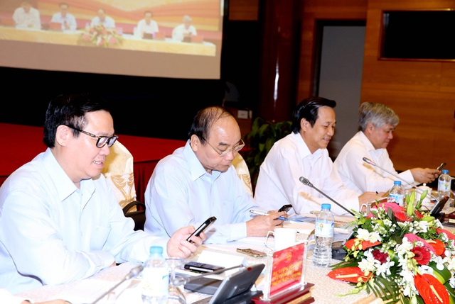 Thủ tướng Nguyễn Xuân Phúc, Phó Thủ tướng Vương Đình Huệ cùng các đại biểu cùng nhắn tin góp tiền hỗ trợ người nghèo.