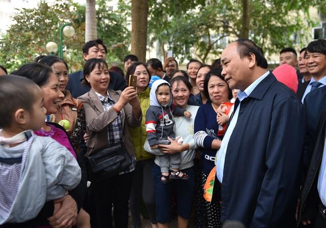 Thủ tướng trò chuyện với người dân khu đô thị Đặng Xá.