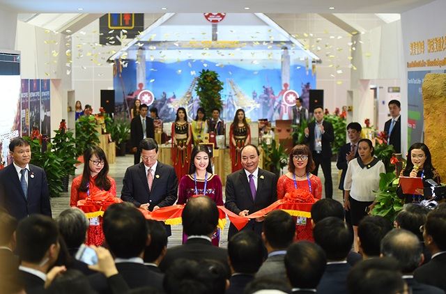 Thủ tướng Nguyễn Xuân Phúc cùng lãnh đạo Chính phủ Trung Quốc cắt băng khánh thành. Ảnh: VGP