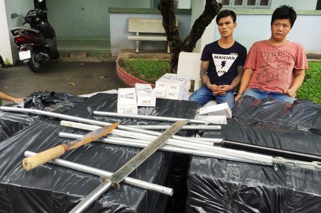 2 đối tượng chở thuốc lá lậu cùng số hung khí nguy hiểm bằng ô tô đã bị CSGT thu giữ hôm 24/8 tại TP Hồ Chí Minh.