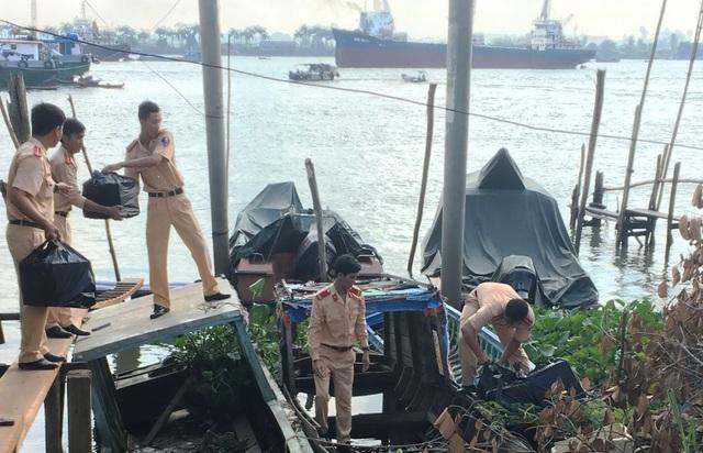 Khi thấy lực lượng CSGT đường thủy, các đối tượng chở thuốc lá lậu dùng gậy gỗ chống chả quyết liệt sau đó đâm tàu vào bờ bỏ trốn