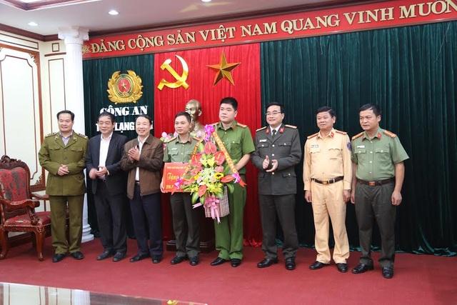 Ban chỉ đạo 389 trao thưởng cho công an tỉnh Lạng Sơn