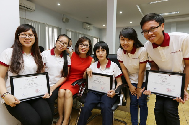 Chị Thủy Tiên cùng các bạn giành học bổng Lương Văn Can.