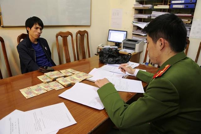 Đối tượng Thủy cùng số tiền giả bị thu giữ tại cơ quan công an