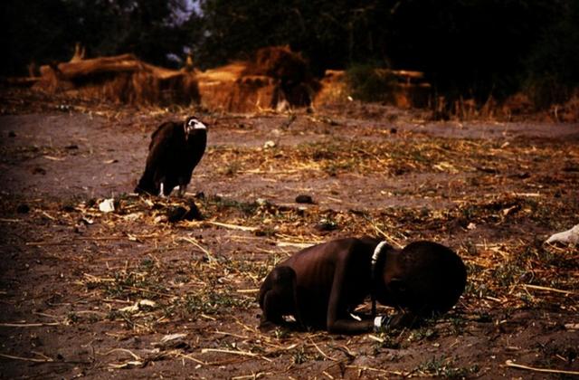 Một trong những tấm hình ám ảnh nhất về nạn đói ở châu Phi là bức 'kền kền và em bé' của nhiếp ảnh gia Kevin Carter, chụp tại Sudan vào 3/1993. Trong ảnh là một em bé đói khát đang gắng gượng bò đến trung tâm cứu trợ ở gần đó. Phía sau em là con kền kền đang đứng đợi, chỉ chực chờ để ăn thịt em bất cứ lúc nào. (Tác giả Kevin Carter)