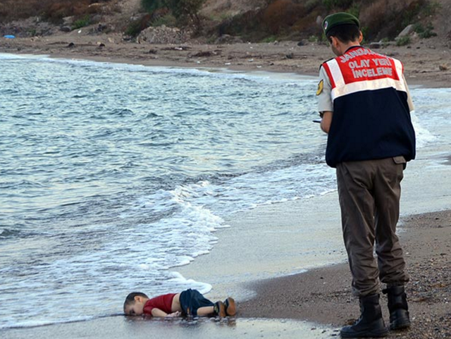 Bức ảnh cậu bé Syria Alan Kurdi, 3 tuổi, đuối nước và trôi dạt vào bờ biển Thổ Nhĩ Kỳ khi con tàu chở người nhập cư trong đó có gia đình em bị lật ngoài khơi năm 2015. (Tác giả Nilüfer Demir)