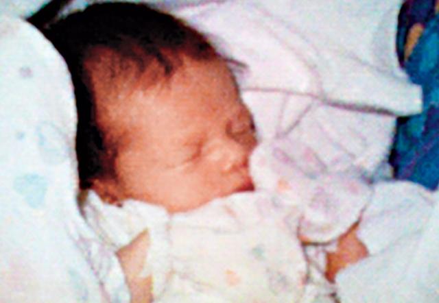 Tháng 5/1997, Philippe Kahn đã chia sẻ những hình ảnh đầu tiên của cô con gái Sophie vừa chào đời với hơn 2.000 người thân, bạn bè trên toàn thế giới. Kahn chỉ muốn chụp một bức ảnh và ấn nút để có thể tự động tải lên web. Sau đó không lâu phần mềm chia sẻ hình ảnh không dây của Kahn và máy ảnh được tích hợp vào điện thoại di động đã được tạo ra sau đó không bao lâu. Hình ảnh về cô con gái là một trong những hình ảnh được chia sẻ công khai đầu tiên thông qua thiết bị di động. (Tác giả Philippe Kahn)