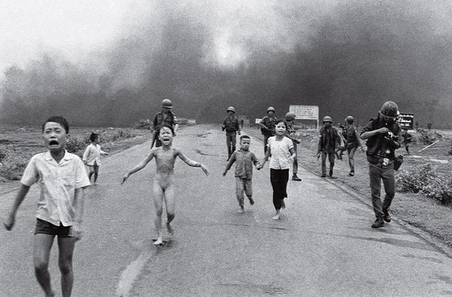 Bức ảnh Em bé Napalm chụp vào ngày 8/6/1972 của Nick Ut, phóng viên ảnh gốc Việt của hãng AP. Nhân vật trung tâm bức ảnh là Kim Phúc, 9 tuổi, đang khóc trong đau đớn. Quần áo của cô bé bị thiêu cháy trong khi từng mảng da rộp lên vì bỏng. Bức hình đã làm thay đổi cái nhìn của thế giới về chiến tranh Việt Nam, thổi bùng phong trào phản chiến ở Mỹ. Tác giả Nick Ut đã giành giải thưởng báo chí danh giá Pulitzer cho bức hình này. (Tác giả Nick Ut)