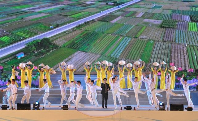 NSƯT Tấn Minh biểu diễn tại chương trình nghệ thuật Vĩnh Phúc đi lên cùng đất nước.