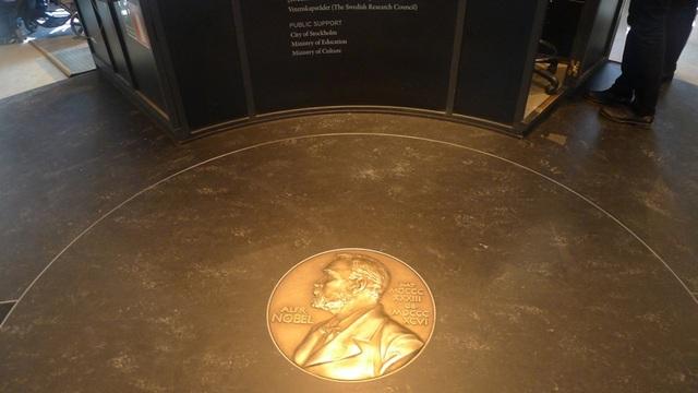 Biểu tượng huy chương Nobel nằm ở ngay lối vào của bảo tàng. Huy chương Nobel là một trong 3 phần thưởng mà những người chiến thắng các giải Nobel nhận được, cùng với giấy chứng nhận và tiền thưởng.