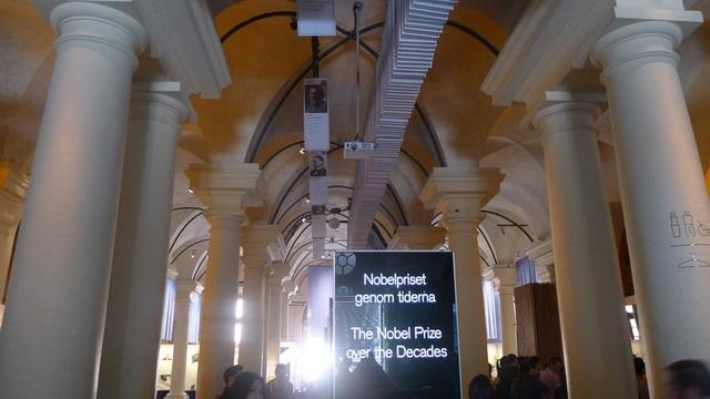 Các bức chân dung và thông tin cơ bản của những người đoạt giải Nobel di chuyển chậm liên tục trên trần của bảo tàng.
