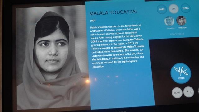Màn hình điện tử hiện thông tin về Malala Yousafzai, chủ nhân của giải Nobel Hòa bình 2014 nhờ đấu tranh không mệt mỏi cho giáo dục dành cho các bé gái. Nhận giải thưởng ở tuổi 17, cô là người trẻ nhất trên thế giới đoạt giải Nobel Hòa bình.