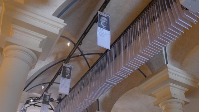 Tổng cộng hơn 800 người đã trở thành chủ nhân của các giải Nobel kể từ năm 1901, tương ứng với hơn 800 bức chân dung được treo trên trần của bảo tàng.
