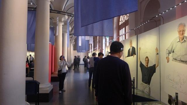 Du khách xem triển lãm Sketches of science (Tạm dịch: Các bức phác họa của khoa học) tại bảo tàng Nobel.