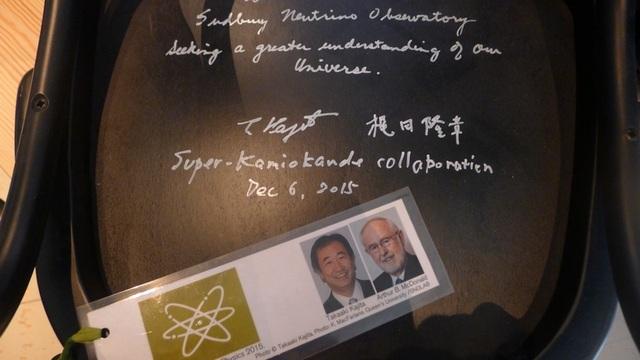 Một chiếc ghế có chữ ký và lời đề tặng của 2 chủ nhân giải Nobel.