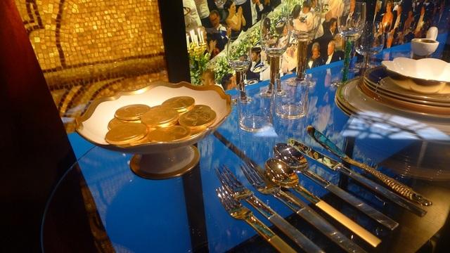 Hoàng gia Thụy Điển thường chủ trì một bữa tiệc hoành tráng hàng năm để chúc mừng những người đoạt giải Nobel 2015 tại tòa thị chính của thủ đô Stockholm.