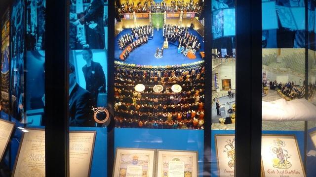 Hình ảnh về các lễ trao giải Nobel, với sự tham dự của gia đình hoàng gia Thụy Điển, được trưng bày.