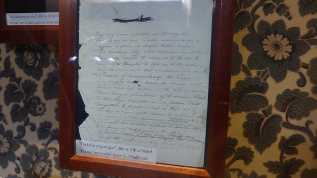 Một bài thơ của Nobel được trưng bày tại bảo tàng. Sinh thời, Nobel cũng đam mê văn học và từng viết vài vở kịch.